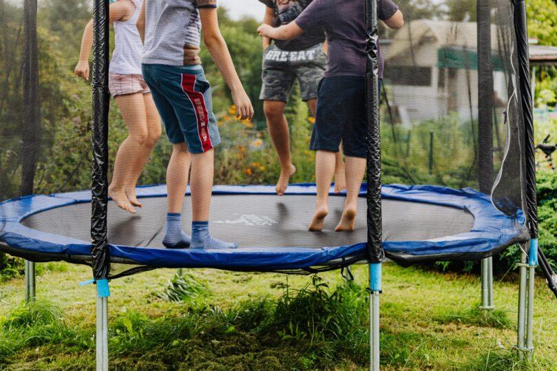 Studsa på en studsmatta i sommar